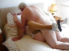 Privatni porno svježa junica prvi put u životu uzima u usta kurac na snimanju