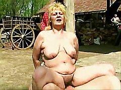 Online privatni plavuša s lijepa figura trudges od velikog član agent na kućnom casting