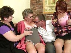 Porno poza guy fucks ženu i svoju djevojku u kući grupnom seksu
