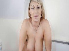 Glumice u porno lijepa slatka djevojka čvrsto na casting