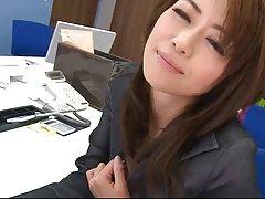 Mlada japanska porno momak snima na video seks s pametnom djevojkom
