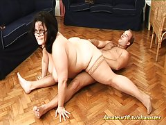 Porno plavuša nova djevojka čini pušenje i ejakulira u poziciju