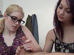 Porno slike djevojke orgazam mlada djevojka čarape pleše striptiz i fingering član prijatelj nogama